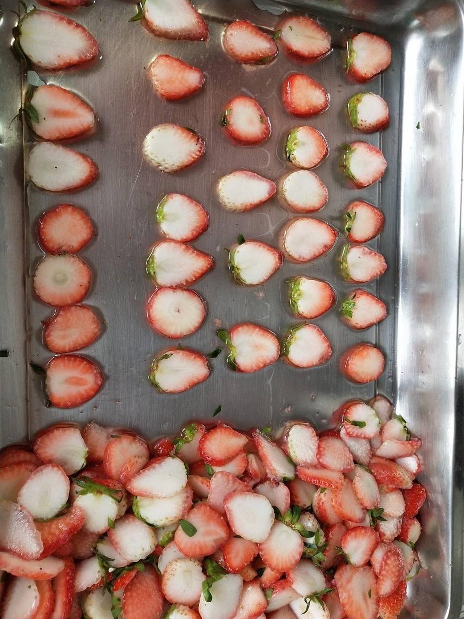 厂家供应草莓切片机,草莓片加工设备,横竖都可切
